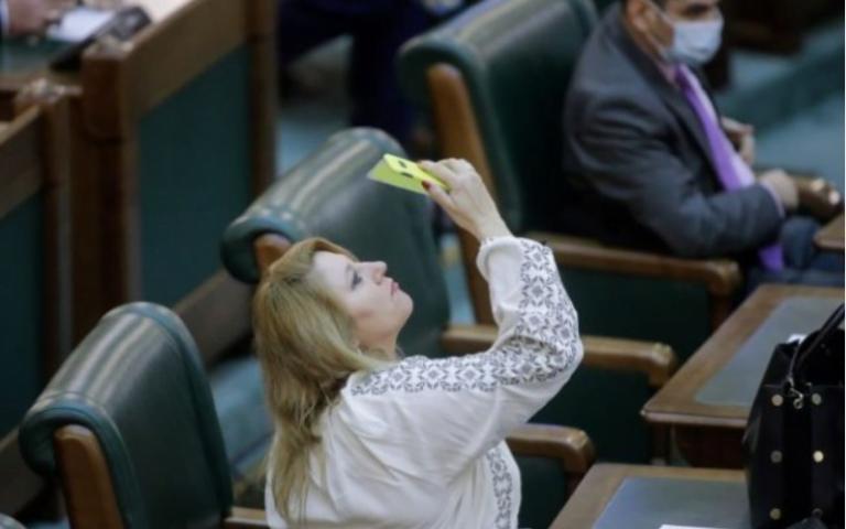 Minune de SĂRBĂTORI! Ce loc a prins Șoșoacă în Parlament?