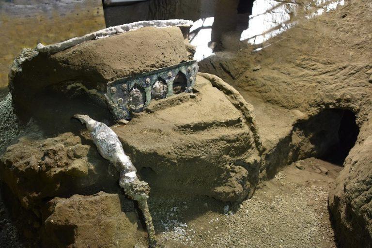(FOTO) Pompei – Cercetătorii au găsit un fastuos car de ceremonie din epoca romană