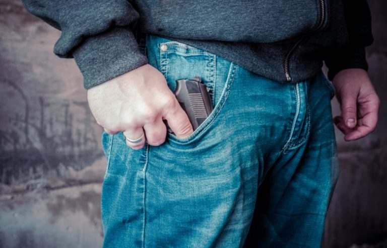 Un adolescent din Sibiu a intrat cu arma într-un liceu, amenințându-și iubita!