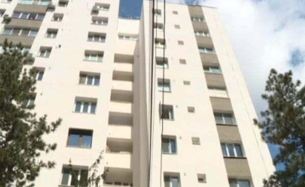 Un bărbat și-a luat copilul de 4 ani în brațe și a amenințat că se va arunca de la etajul 9!