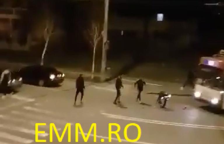 (VIDEO) Polițist bătut violent de patru bărbați, după ce i-au blocat mașina în trafic!