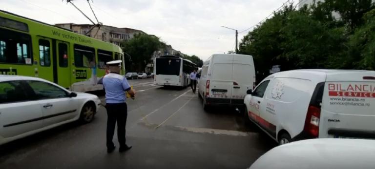 (VIDEO) Fată de 15 ani, lovită pe trecerea de pietoni de șoferul băut al unui autobuz