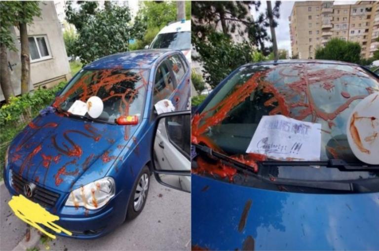 Mașină mânjită cu ketchup în Cluj. Pe șofer l-a așteptat un mesaj de gelozie